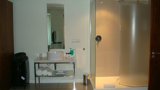 Protea Hotel Fire & Ice! by Marriott Cape Town: Shower and vanity in the bedroom