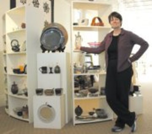 บัฟฟาโล, ไวโอมิง: Here is Margo Brown in the store with some of her pottery.