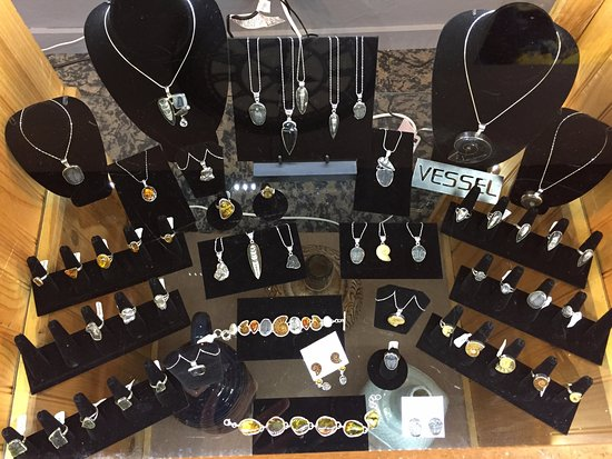 Brevard, Karolina Północna: Lots of custom handmade jewelry at VESSEL