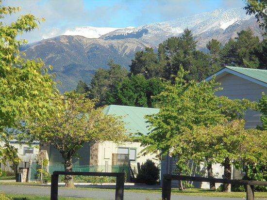 Hanmer Springs, Nueva Zelanda: photo taken along the roadside of resort snow on mountains (Nov)