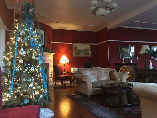Berkeley Springs, WV: Our sitting room, the hotel lobby and the pub.