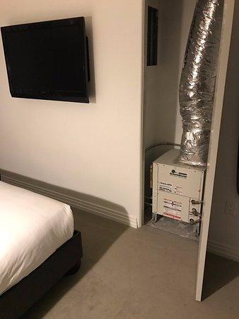 Hotel Shangri-La Santa Monica: Furnace (loud) inside room