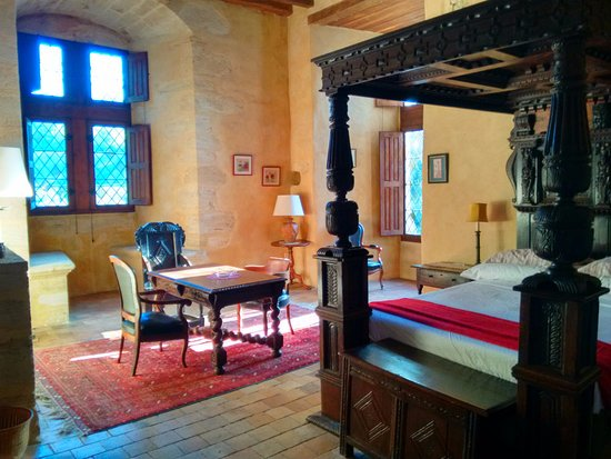 Château de Chanzé : Henri IV Suite with 4 poster bed in the morning light