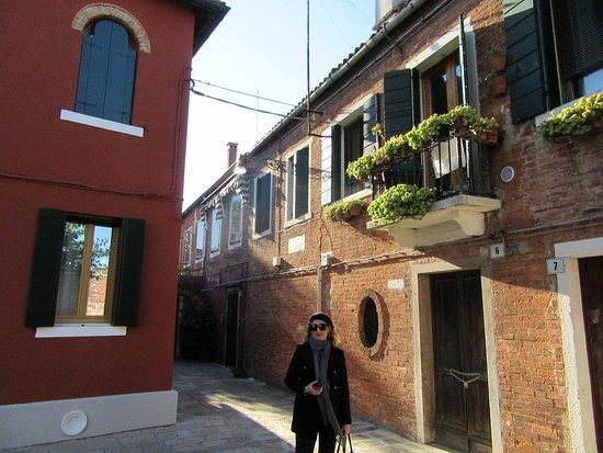 Lido di Venezia, Italy: pintoresca calle cerca de la iglesia santa maría y san donato Murano