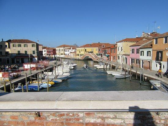 Lido di Venezia, Italy: vista de Murano desde puente de ladrillo