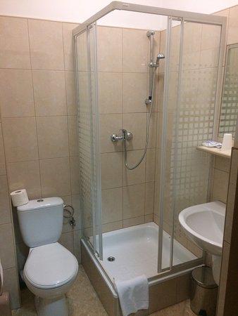 łazienka W Pokoju 1 Osobowym Na Plus Suszarka Na Minus