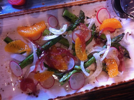 Mangawhai, Nueva Zelanda: Asparagus, radish, fennel, red onion salad