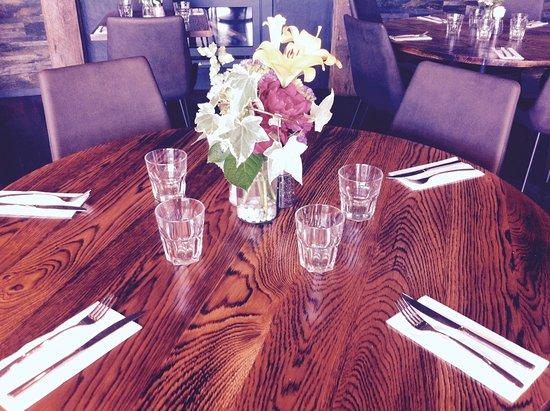 Mangawhai, New Zealand: Table setting with fresh flowers