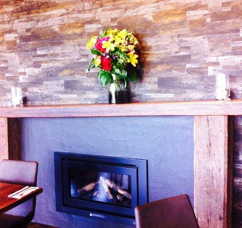 Mangawhai, New Zealand: Feature wall and fireplace
