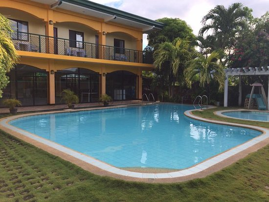 Marvin's Seaside Inn: The pool area at their extension where we were billeted