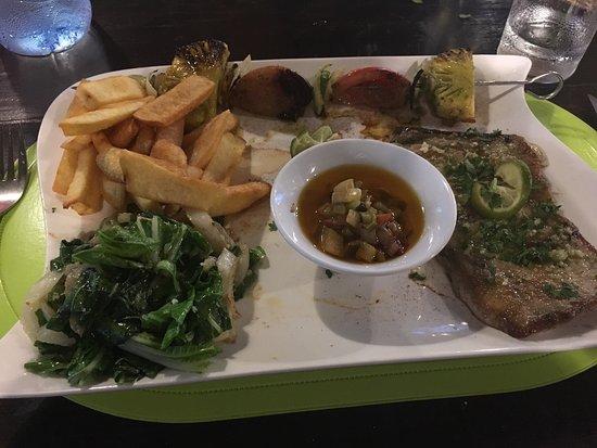 Haapiti, Polinesia Francesa: Mahi-mahi, Shrimp salad and moon fish special of the day