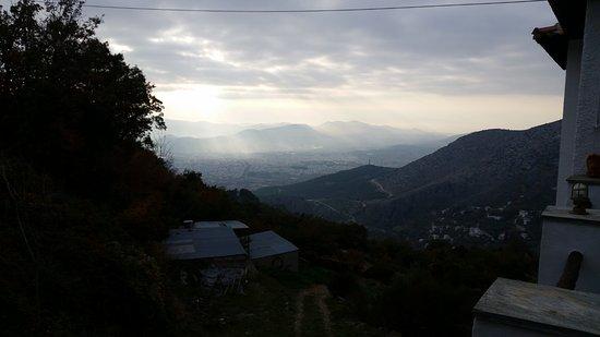 Makrinitsa, Grecia: Η θέα από την αυλή του μαγαζιού.
