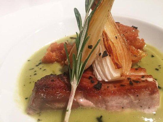 Valls, España: Llom de tonyina a la planxa amb crema de pèsols i tomàquet confitat.