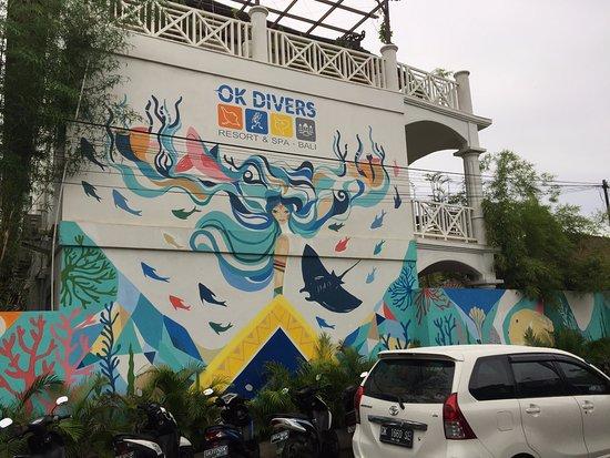 Padangbai, Indonesia: Utenfor i hovedgaten. Rom 308 på toppen.