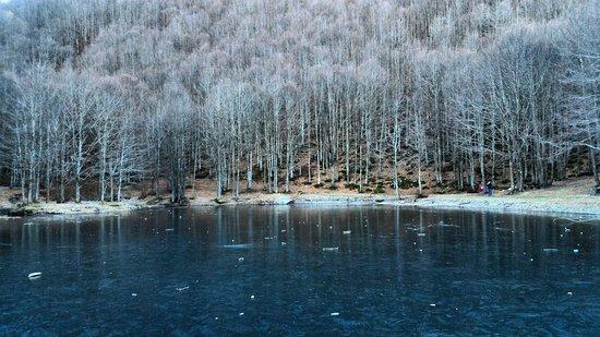 Lizzano in Belvedere, Italy: Il Lago del Cavone ghiacciato