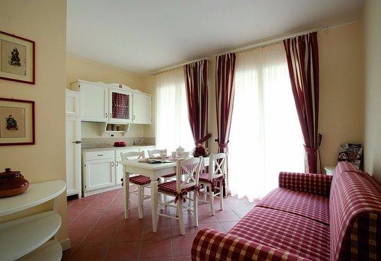 Bilocale - Salotto con angolo cucina attrezzato e comodo divano ...