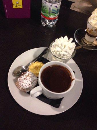 Pasticceria Cioccolateria Dario: Pasticceria vicino al centro, un po' caotica nell'ora di punta ma con 3.70€ ho gustato un ottima