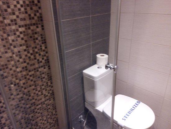 Lydia Hotel: Όμορφο το μπάνιο, αλλά πολύ μικρό