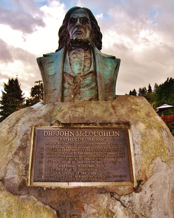 Oregon City, OR: statue of John McLoughlin nest to view point on Highway 99E