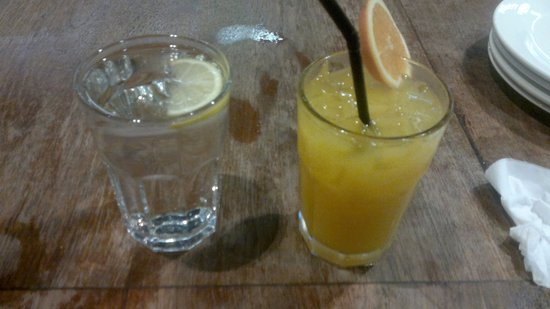 Subang Jaya, Malaysia: Orange juice and plain water