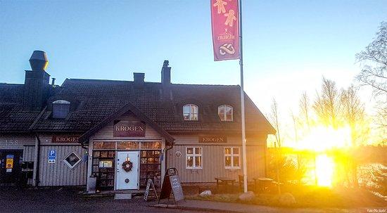 Varmdo, Sweden: Lätt att hitta till KROGEN vis Väg 222 (Skärgårdsvägen)