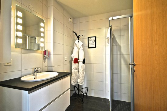 Reykjavik4you Apartments Hotel: Two bedrooms Apartment (accommodation max 5 adults) - bathroom with shower.