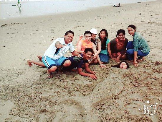 Santa Elena, Ecuador: Playing with sand.