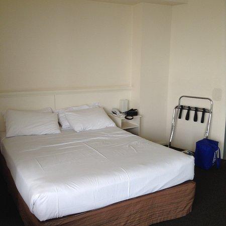 Glenelg, Australia: Уютный номер с удобной кроватью