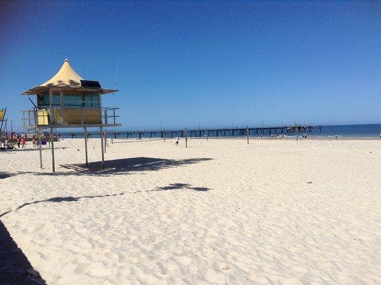 Glenelg, Australia: Широкий песчаный пляж в шаговой доступности