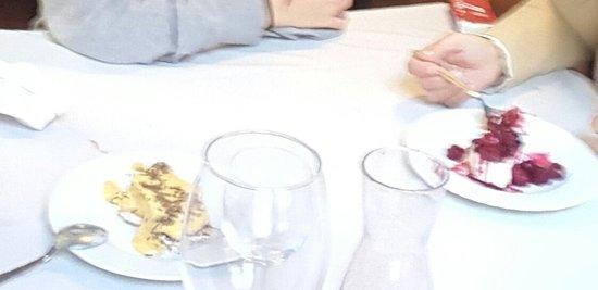 Restaurante O Trovador : Boas sobremesas. A da esquerda excelente!