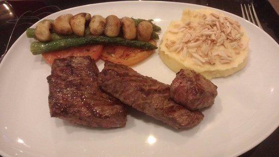 Torres Novas, Portugal: Um dos vários pratos de carne disponíveis (carne muito tenra e saborosa, passada a gosto do clie
