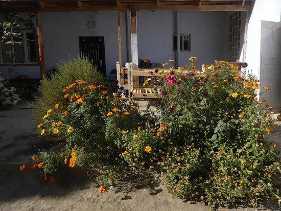 Ishkashim, Tajikistan: Gärtchen und Tapchan