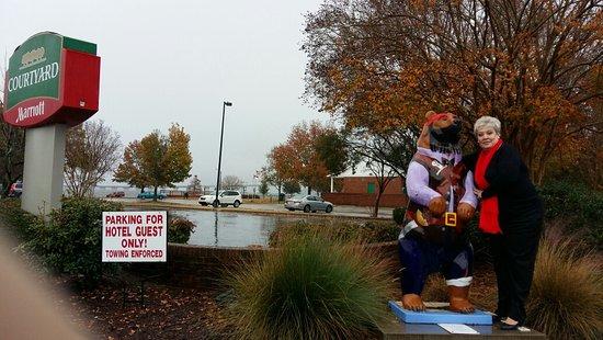 New Bern, Karolina Północna: Welcome Bear Greeting My Wife