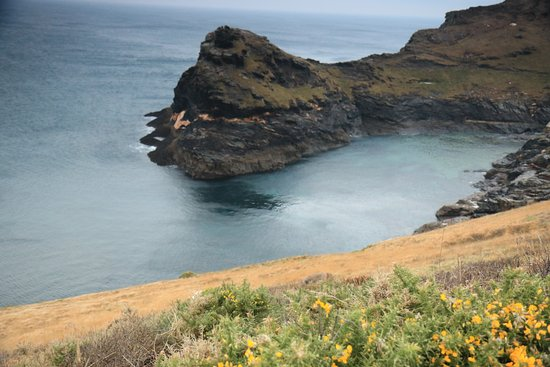 Boscastle, UK: Harbour entrance from the coastal path