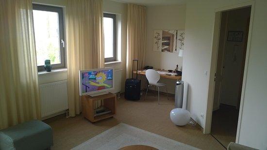 Wohnzimmer mit Büro Ecke - Bild von Flower\'s Boardinghouse ...