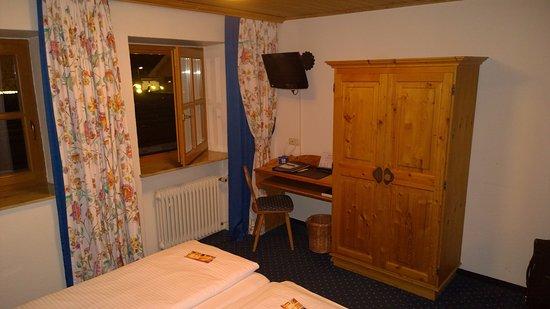 doppelbett mit schreibtisch und schrank bild von hotel obermaier m nchen tripadvisor. Black Bedroom Furniture Sets. Home Design Ideas