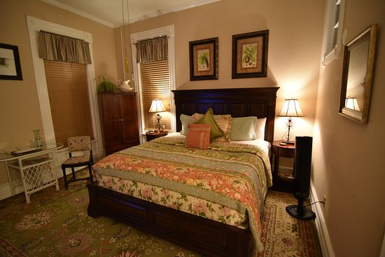 1890 Williams House Inn: East Chamber: Enjoy a beautiful garden view in a room with a cottage feel!