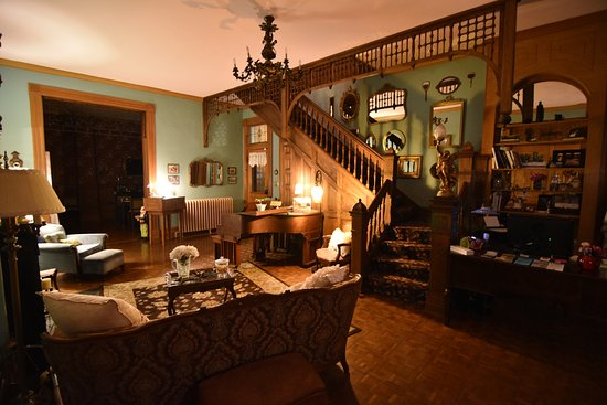 1890 Williams House Inn: Our front entry parlor still boasts the original red oak staircase.