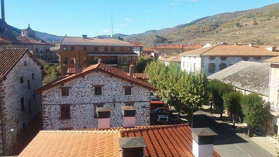 Apartamentos Turisticos Rincones del Vino : Las vistas desde una de las 3 ventanas del estudio