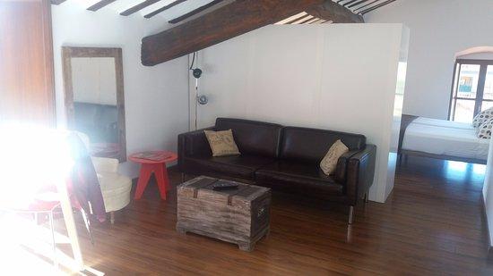 Apartamentos Turisticos Rincones del Vino : El estar del estudio separado del dormitorio