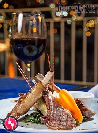 Bistro Marina: Delicioso rack de cordero con un rico vino tinto