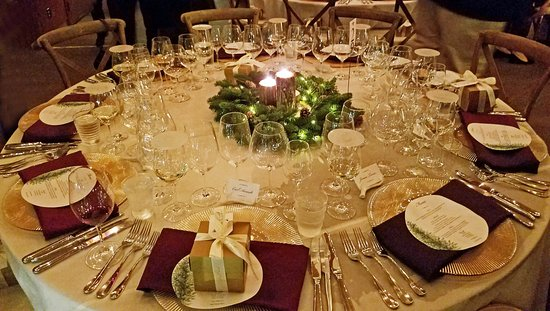 Healdsburg, Californien: Holiday dinner table with gifts