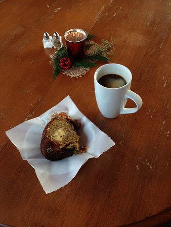 North Saanich, Canadá: Fickle Fig - local coffee and baked freshly made cake :-)