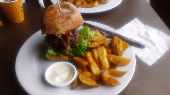 Pukekohe, New Zealand: Delicious Beef Burger & Chips