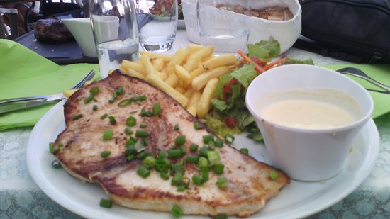 La Saline les Bains, جزيرة ريونيون: Tranche Espadon , sauce vanillée , salade verte savoureusement relevée !..... .e