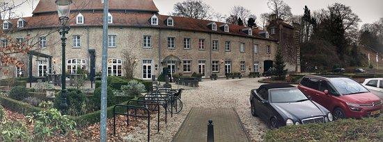 Kasteel Elsloo : Het kasteel-hotel vanaf de dijk.