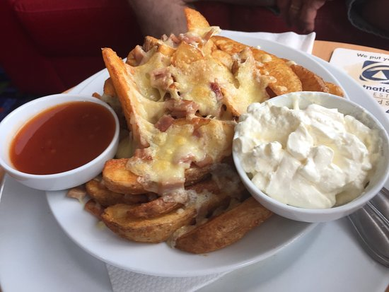 Picton, Australia: The cheesy wedges - a meal in itself. Topped with bacon and cheese, served with soul cream and s