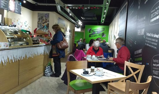 Horsham, UK: Lively, packed, great coffee and cake