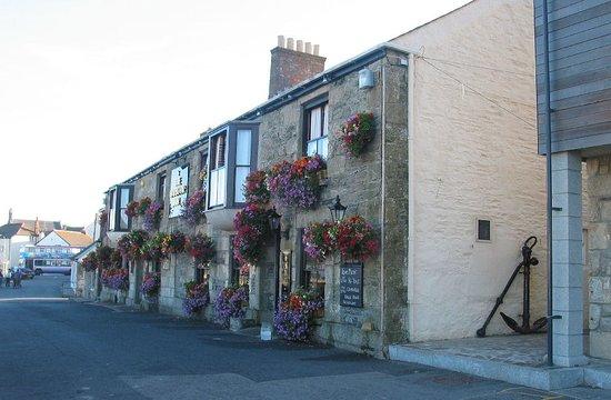 Porthleven, UK: Harbour Inn in Summer