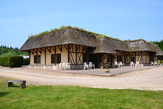 Grainville, Γαλλία: Restaurant au cadre typiquement normand où se mêlent colombage, chaume et verdure